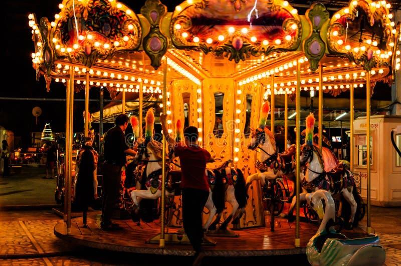 Carrusel en la noche en Funfair fotos de archivo