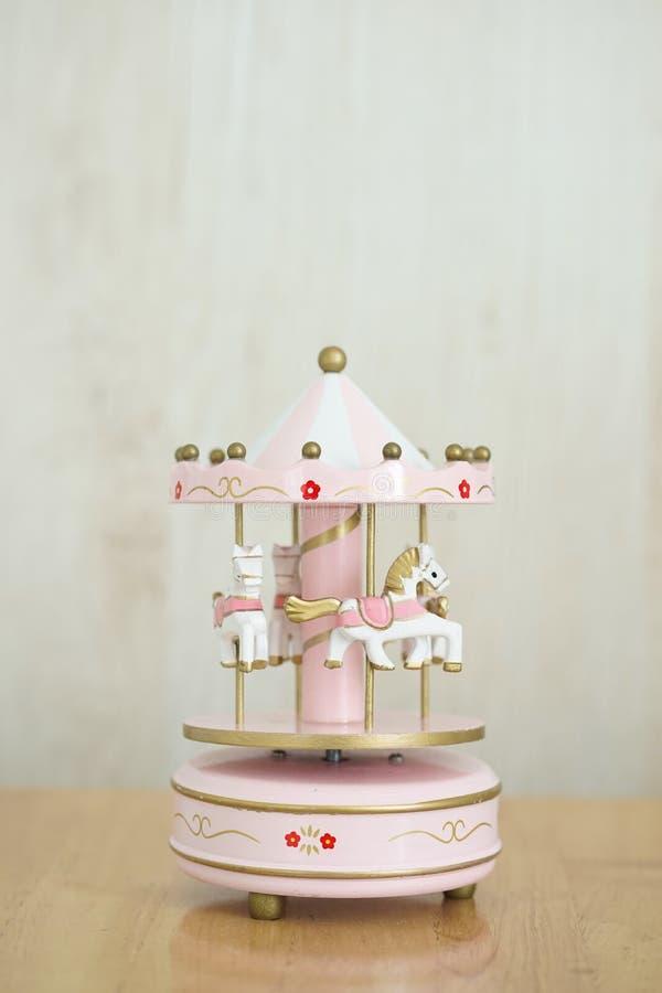 Carrusel musical Una caja de música rosa con varios caballos rosas y blancos concepto nostálgico de la infancia imagenes de archivo