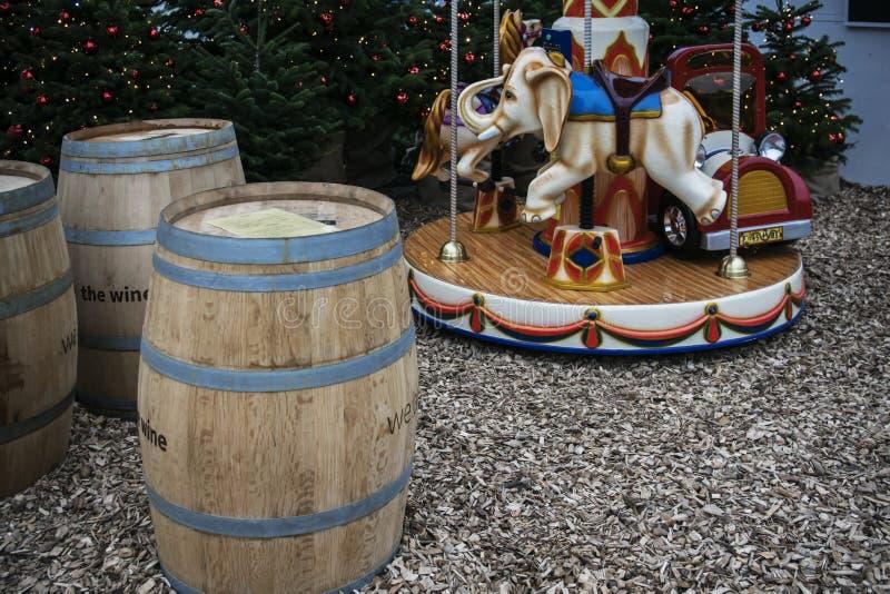 Carrusel para los tambores de los niños y del vino de la Navidad en el mercado de Parndorf cerca de Viena fotografía de archivo