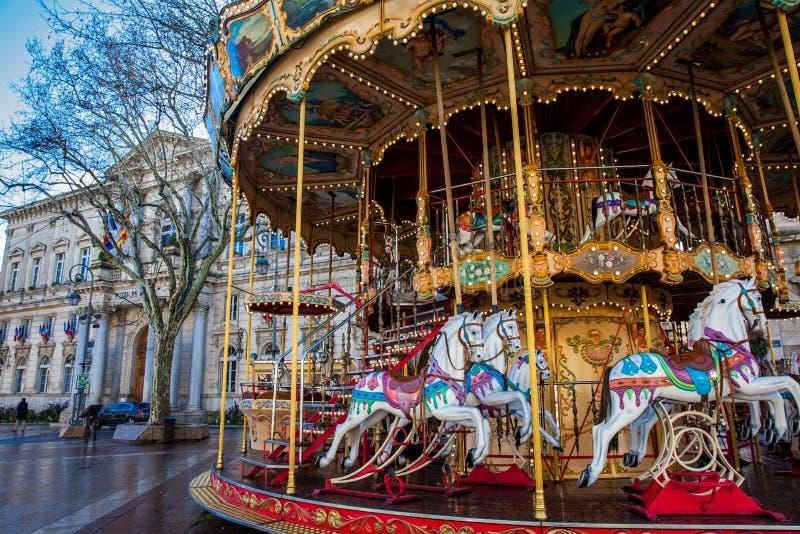 Carrusel pasado de moda francés del estilo con las escaleras en Place de Horloge en Aviñón Francia foto de archivo