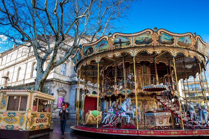 Carrusel pasado de moda francés del estilo con las escaleras en Place de Horloge en Aviñón Francia imagen de archivo