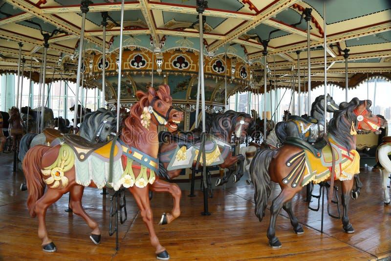 Carrusel tradicional del parque de atracciones imagenes de archivo