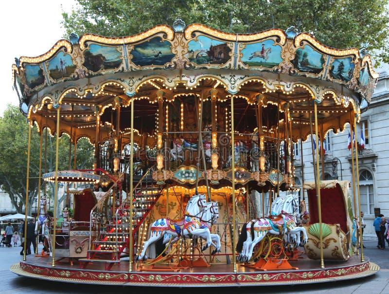 Carrusel tradicional del parque de atracciones en Aviñón, Francia imágenes de archivo libres de regalías