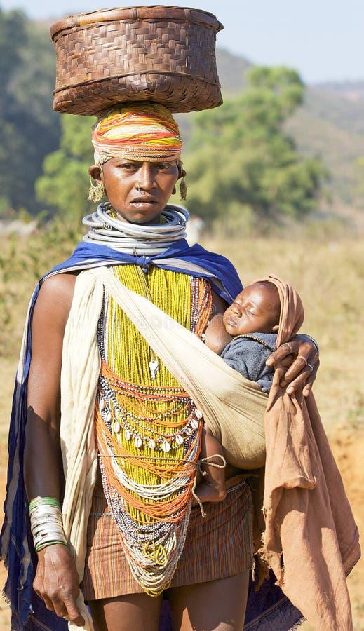 Carryng tribal da mulher de Orissan um bebê foto de stock