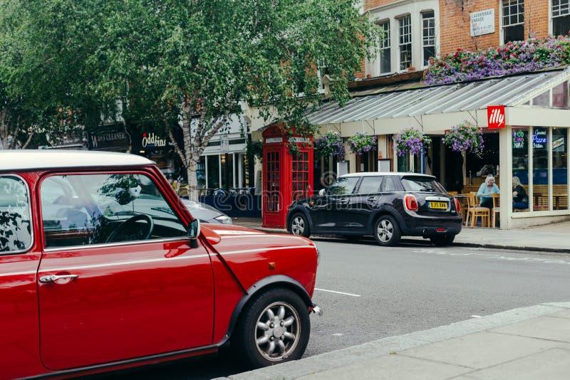 Cars, parkerad nära Le Cochonnet eatery på Lauderdale Road i London arkivfoton