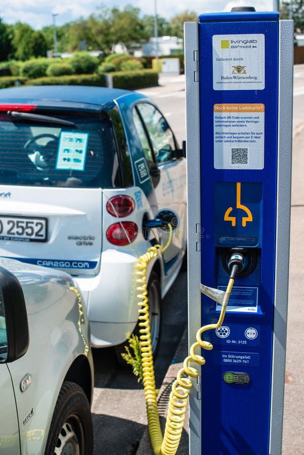 Carsharing- elektrisches Smart wird neugeladen lizenzfreie stockbilder