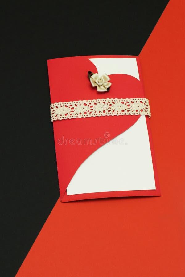 Cartão à moda elegante decorado com coração estilizado com a flor da cor pastel do cetim e trança do laço no contraste imagem de stock