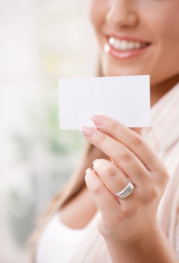 Cartão bonito da terra arrendada da mulher nova imagens de stock