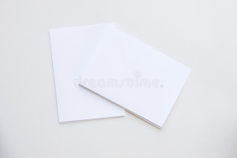 Cartão branco da placa do negócio colocado na vista desktop fotos de stock