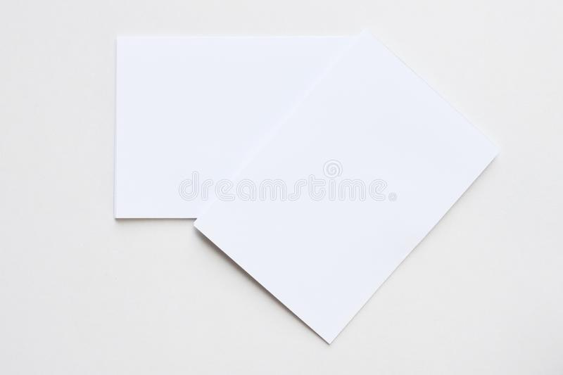 Cartão branco da placa do negócio colocado na vista desktop fotografia de stock royalty free