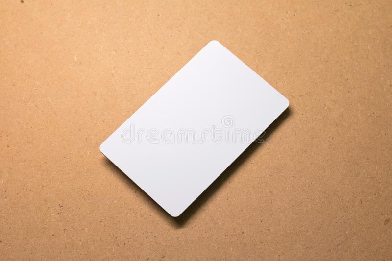 Cartão branco no fundo de madeira Molde do papel do cartão para o projeto foto de stock