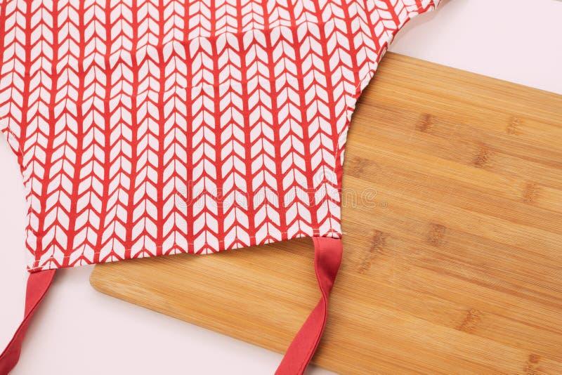 Cartão branco vermelho e prato de corte em uma mesa branca fotos de stock