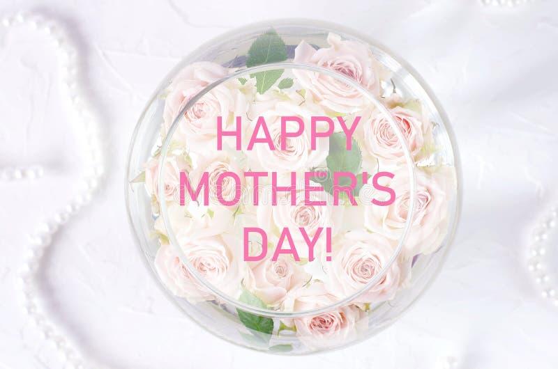 Cartão com cumprimentos do dia de mãe e as rosas pequenas foto de stock
