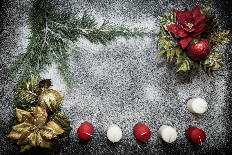Cartão com a decoração festiva no fundo da neve que simula o açúcar foto de stock