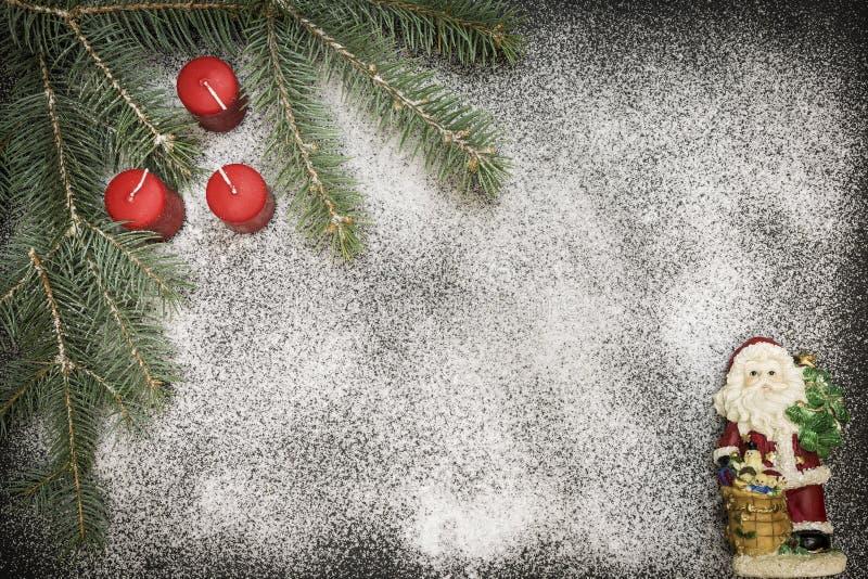 Cartão com a decoração festiva no fundo da neve que simula o açúcar fotografia de stock