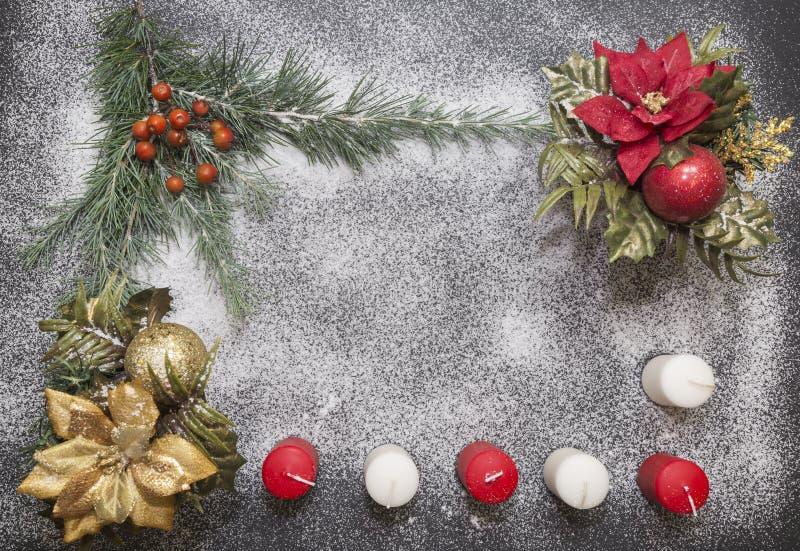 Cartão com a decoração festiva no fundo da neve que simula o açúcar imagem de stock
