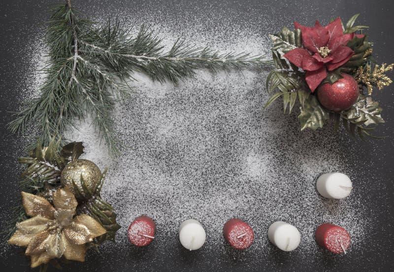 Cartão com a decoração festiva no fundo da neve que simula o açúcar imagens de stock
