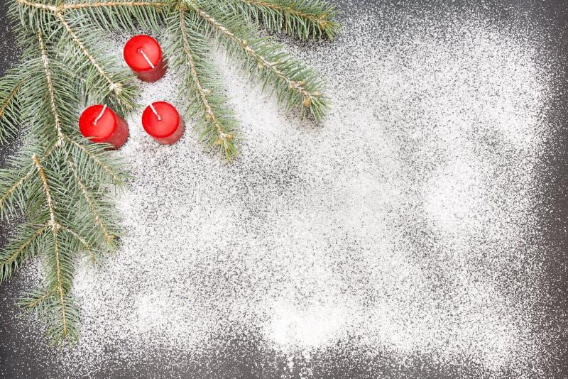 Cartão com a decoração festiva no fundo da neve que simula o açúcar imagens de stock royalty free