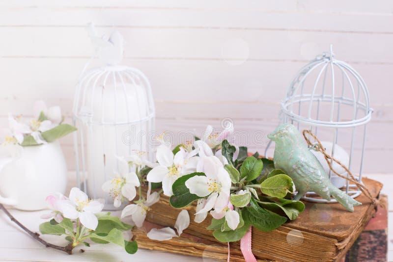 Cartão com flor da maçã, pássaro decorativo, livros velhos, velas imagens de stock royalty free
