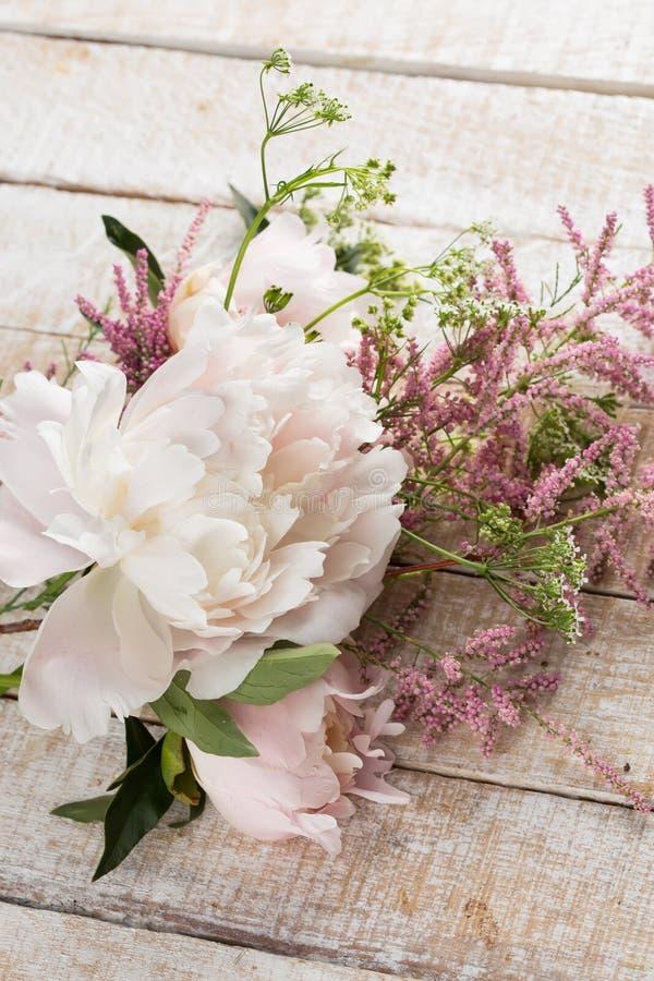 Cartão com flores elegantes fotos de stock royalty free