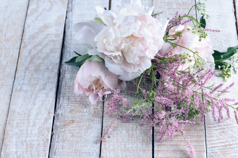 Cartão com flores elegantes imagem de stock