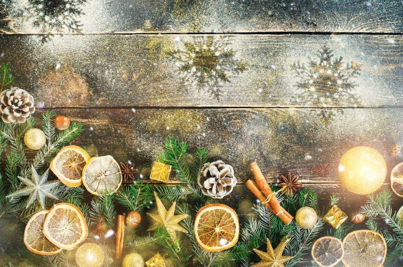 Cartão com presentes, vela do Natal, cones, varas de canela, laranja seca, árvore verde sobre o fundo de madeira escuro velho fotos de stock