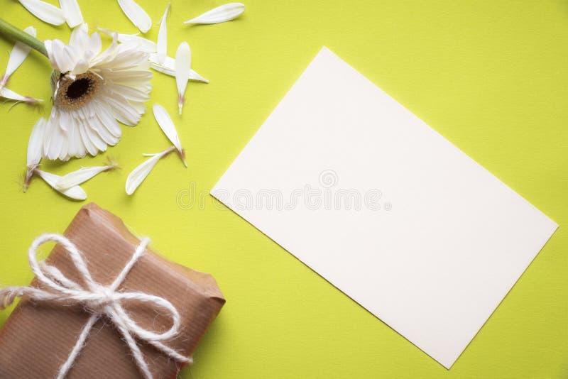 Cartão da mensagem e flor rasgada fotografia de stock