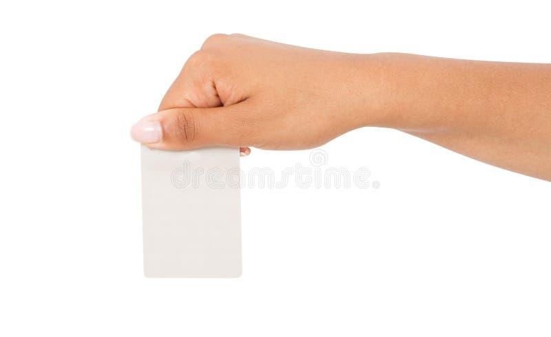 Cartão da placa da posse da mão preta, papercard fêmea da posse do braço isolado no fundo branco, vazio imagem de stock royalty free