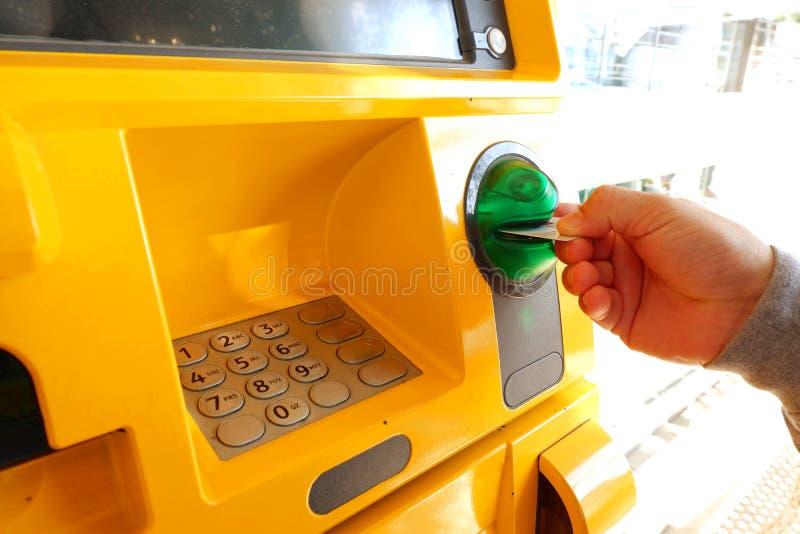 cartão de banco da inserção da mão à máquina do dinheiro imagem de stock royalty free