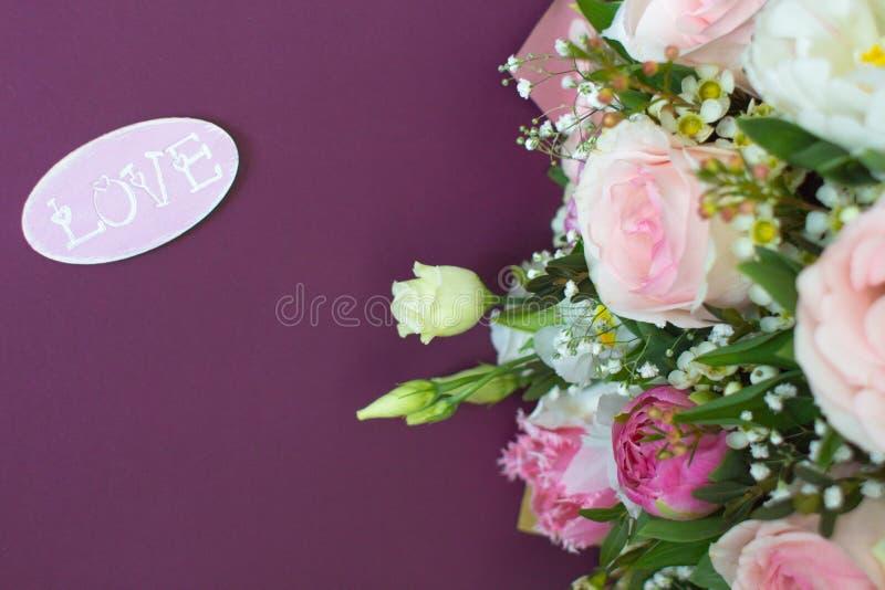 Cartão de casamento em tons cor-de-rosa e roxos imagens de stock royalty free
