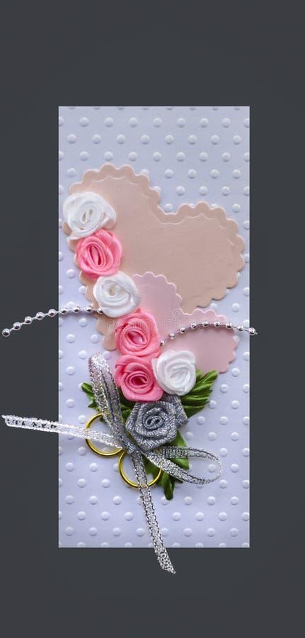 Cartão de casamento feito a mão com o cinza dos corações e dos anéis de ouro isolado fotografia de stock