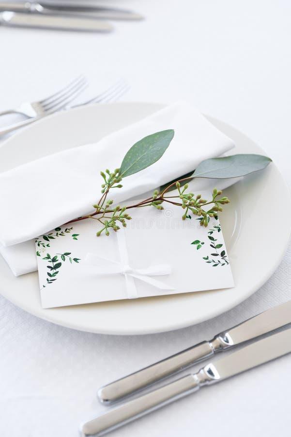 Cartão de casamento na tabela foto de stock royalty free