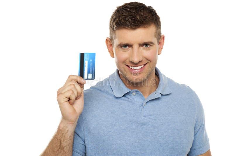 Cartão de crédito alegre da terra arrendada do homem imagens de stock