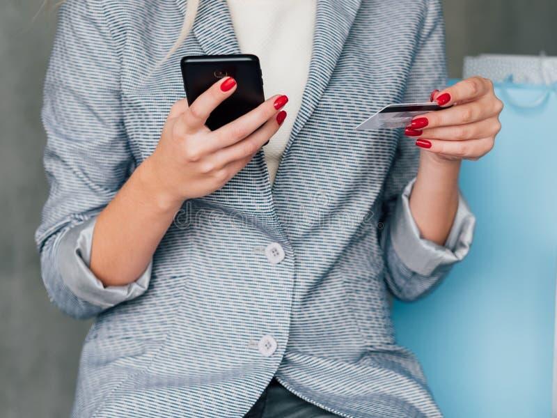 Cartão de crédito bancário móvel de compra do comércio eletrônico fotografia de stock