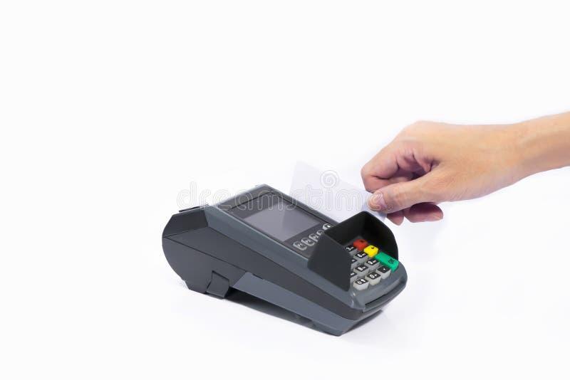 Cartão de crédito branco da placa da inserção das mãos na máquina de cartão isolada fotos de stock royalty free