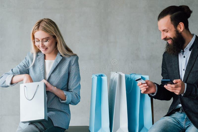 Cartão de crédito de compra em linha bancário móvel dos pares foto de stock royalty free