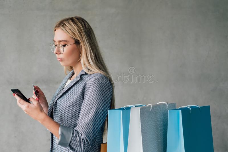Cartão de crédito de compra em linha bancário móvel imagens de stock royalty free