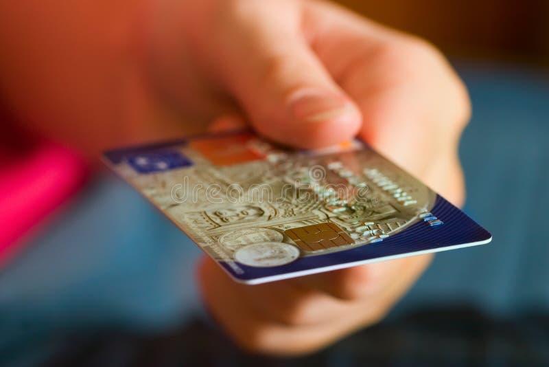 Cartão de crédito da terra arrendada da mão fotografia de stock royalty free