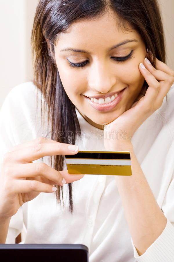 Cartão de crédito da terra arrendada da mulher fotos de stock royalty free