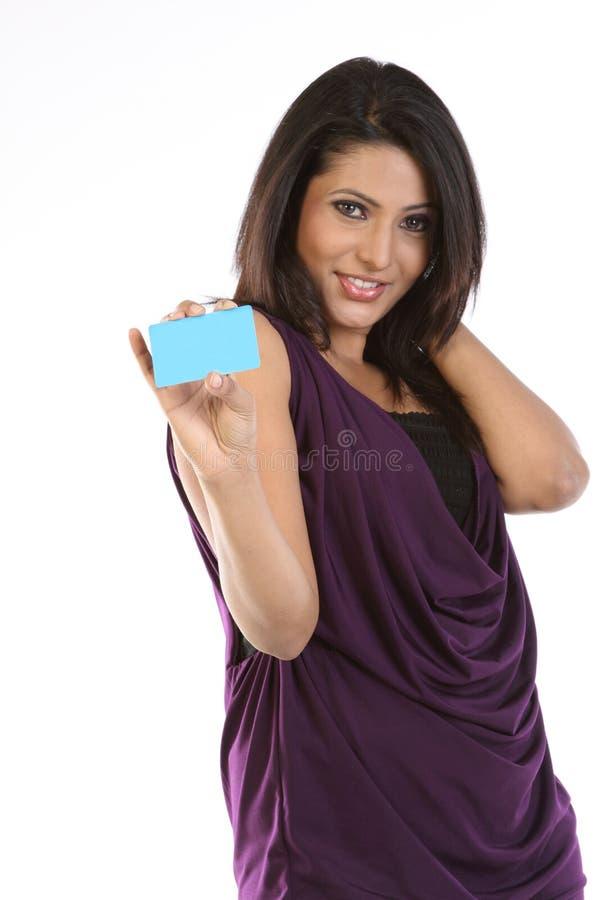Cartão de crédito da terra arrendada da mulher de negócios foto de stock