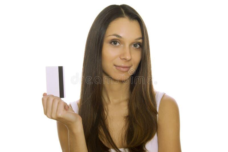Cartão de crédito da terra arrendada da mulher nova imagem de stock
