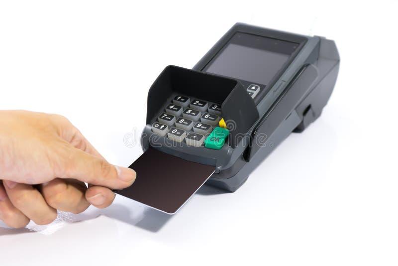 Cartão de crédito do preto da placa da inserção das mãos na máquina de cartão isolada imagem de stock royalty free