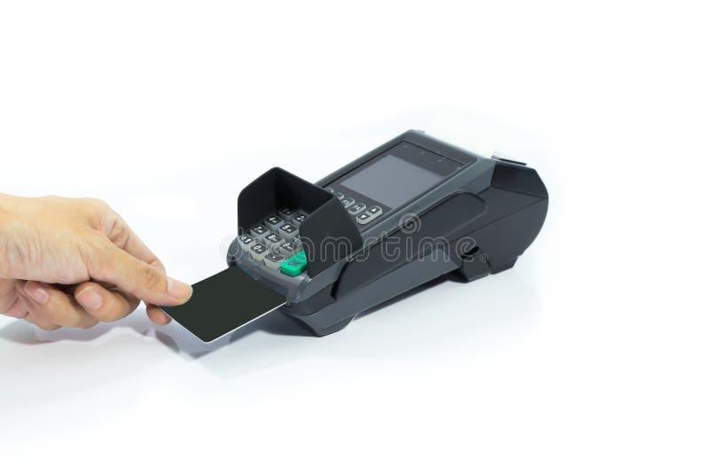 Cartão de crédito do preto da placa da inserção das mãos na máquina de cartão isolada foto de stock
