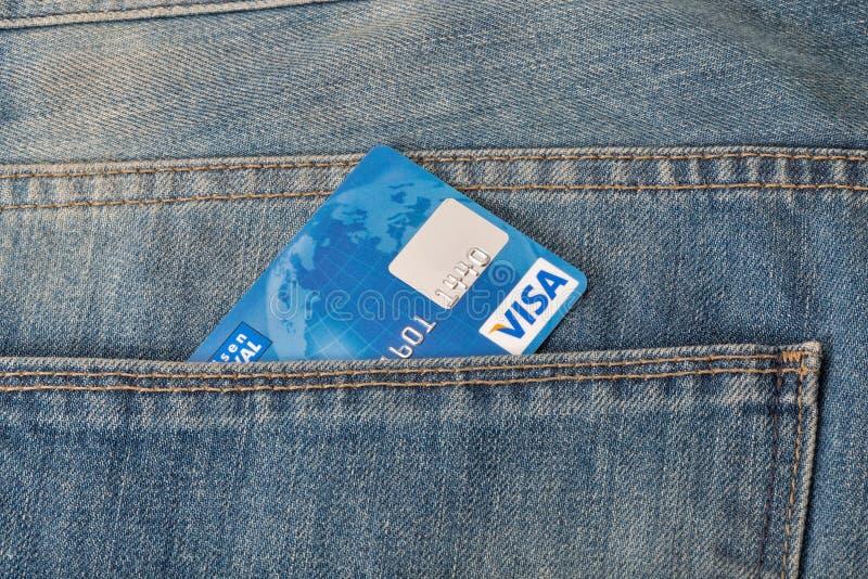 Cartão de crédito do visto no bolso do close up de calças de ganga foto de stock royalty free