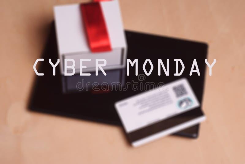Cartão de crédito e tabuleta eletrônica na tabela de madeira, fotografia de stock royalty free