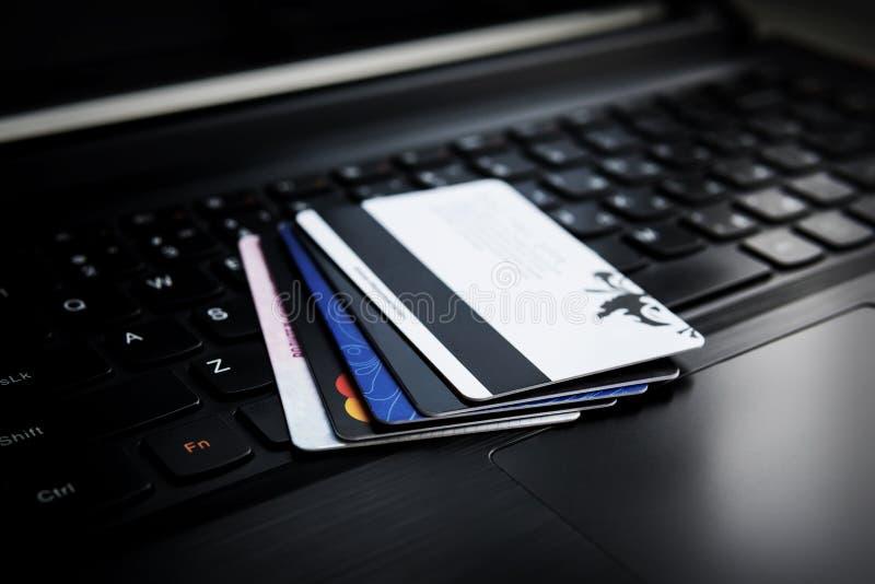 Cartão de crédito em um portátil foto de stock