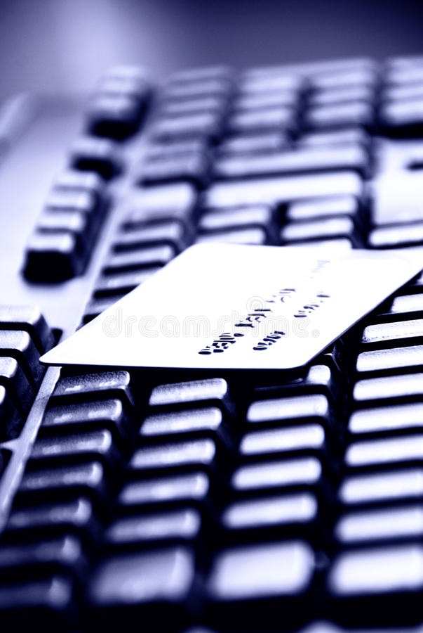 Cartão de crédito em um teclado de computador imagens de stock royalty free