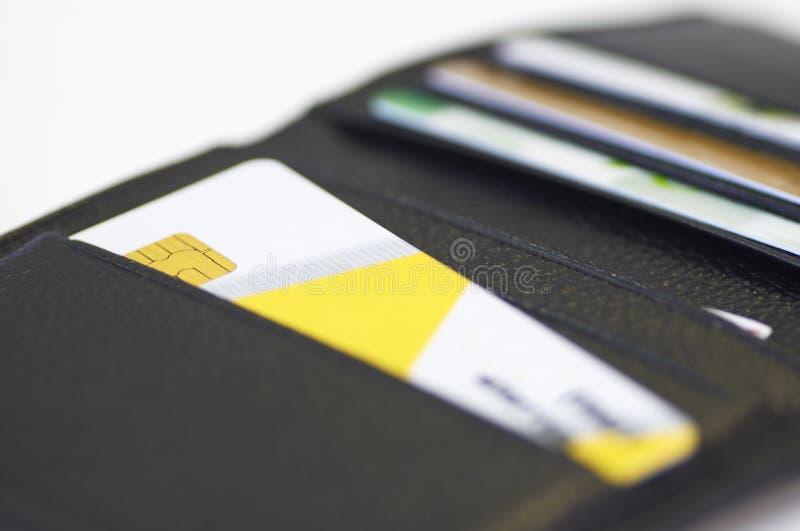 Cartão de crédito na carteira de couro foto de stock