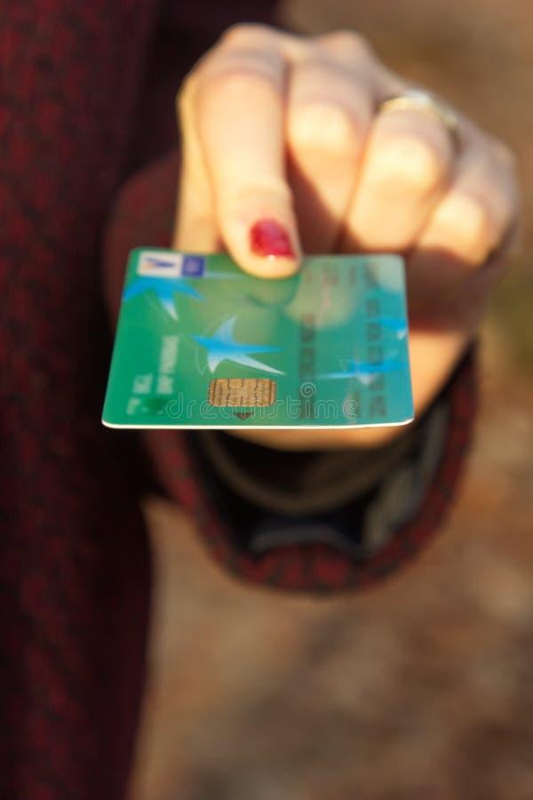Cartão de crédito na mão da mulher foto de stock