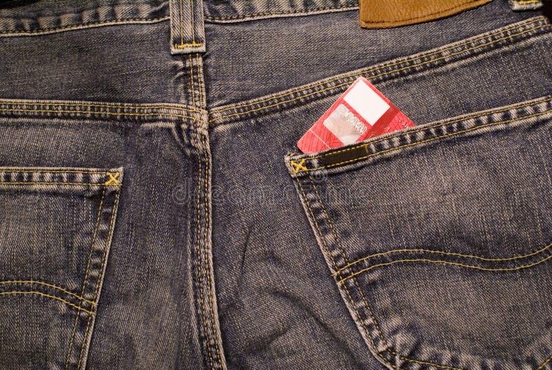 Cartão de crédito nas calças de brim fotografia de stock